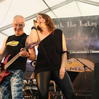 Ann singing with Neil on stage.